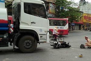 Xe máy va chạm với xe bồn, 2 vợ chồng thương vong