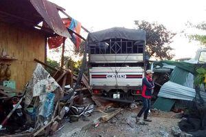 Xe tải tông sập nhà dân, 4 người thoát chết