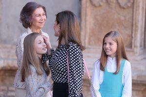 Hoàng hậu Tây Ban Nha ngăn cản Thái hậu chụp ảnh