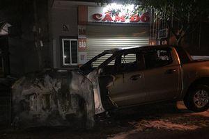 Sau tiếng nổ lớn, ô tô bán tải bị thiêu rụi