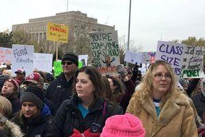 Lương thấp, hàng nghìn giáo viên Mỹ đình công
