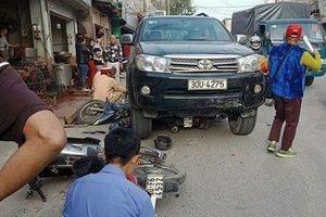 Ô tô tông 3 xe máy và taxi khiến bé 7 tuổi tử vong