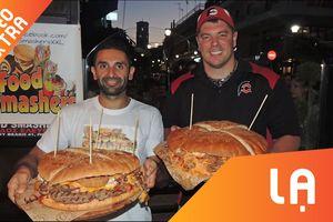 Hai chàng trai thi nhau chinh phục chiếc Hamburger to nhất Hy Lạp