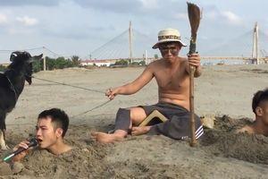 Ba chàng trai chôn mình dưới cát, dắt dê hát 'Cô gái mét 52'