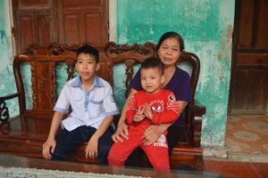 Hai trẻ mồ côi nương nhờ bà nội tuổi thất thập