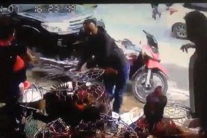 Clip: 2 thanh niên 'phi thân' thoát nạn ngay trước đầu xe ô tô