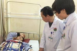 Hà Tĩnh: Đang thăm khám, bác sỹ bị người nhà bệnh nhân đánh trọng thương