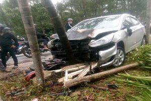 Ô tô và xe máy bốc cháy sau khi đối đầu, 2 người bị thuơng nặng