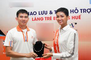 Hoa hậu H'hen Niê bất ngờ tháo dây chuyền ngọc trai đang đeo để ủng hộ cho trẻ em cơ nhỡ