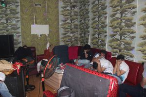 Đột kích quán karaoke lúc rạng sáng, phát hiện hàng chục thanh niên sử dụng ma túy