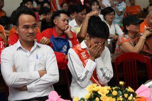 H'Hen Niê bật khóc khi đến với làng S.O.S Huế