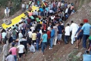 Ấn Độ: Xe buýt lao xuống vực khiến hàng chục trẻ em chết thảm