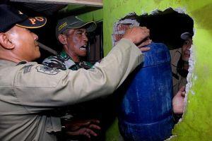 Hơn 60 người tử vong vì ngộ độc rượu giả từ thuốc chỗng muỗi ở Indonesia