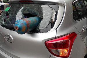 Hà Nội: Bình gas 'từ trên trời rơi xuống' đâm xuyên ôtô
