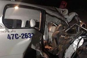 Xe cứu thương va chạm với xe máy, 3 người chết, 3 người bị thương