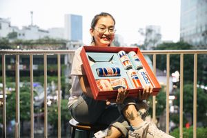 Sài Gòn: Hàng trăm bạn trẻ tụ họp phố đi bộ truy tìm quà cực giá trị
