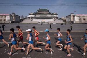Hàng trăm du khách đến Bình Nhưỡng tham gia cuộc thi marathon