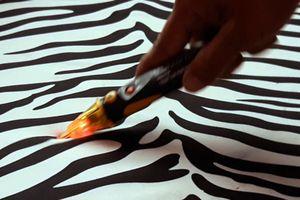 Quần áo, giày dép làm bút thử điện phát sáng ở Bạc Liêu