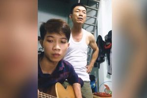 Chàng trai Bình Phước đệm guitar cho cha hát 'Ngắm hoa lệ rơi'