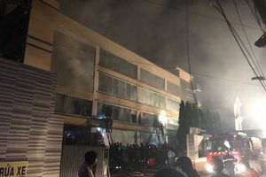 Cháy nhà xưởng ở TPHCM, cả trăm chiến sĩ được huy động dập lửa