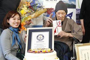 Cụ ông 112 tuổi được công nhận là 'người đàn ông sống thọ nhất thế giới'