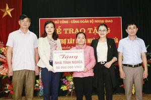 Ban Nữ công Ngoại giao về nguồn, trao quà hỗ trợ hộ nghèo ở Tuyên Quang