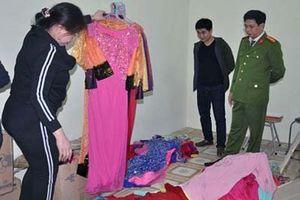 Bắt giữ nhóm côn đồ ném dầu luyn pha mắm tôm làm hỏng hơn 300 bộ áo dài