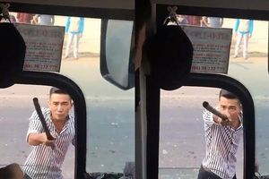 Clip: Côn đồ chặn xe, dằn mặt tài xế xe khách ngay giữa đường