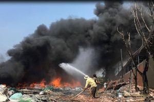 Xưởng phế liệu ở TP.HCM bốc cháy ngùn ngụt giữa trưa