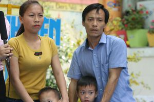 Chạm vào ước mơ: Người cha từng lầm lỡ hạnh phúc đưa 2 con thơ đi học