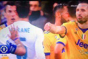 Chiellini nói với Marcelo: 'Các anh mua quả penalty này rồi'