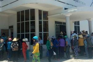 Dân kéo đến huyện để làm rõ việc hỗ trợ sau bão