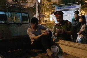 Clip: Dân phẫn nộ đánh tài xế ô tô kéo lê nạn nhân ở ngã 6 Ô Chợ Dừa