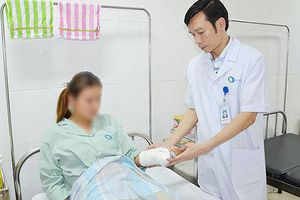 Nữ sinh bị nhóm bạn gái dùng bình xịt, tuýp sắt đánh gãy tay