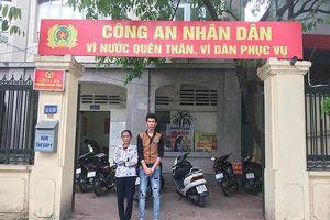 Nam thanh niên bị lừa mất tài sản được Công an phường Thượng Đình giúp đỡ