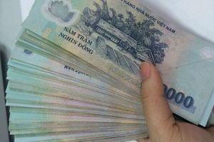 Bắt quả tang nữ kiểm sát viên nhận tiền của vợ bị can
