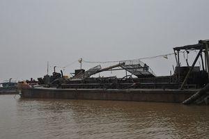 3 tàu khai thác cát trái phép trên sông Hàm Luông bị bắt giữ