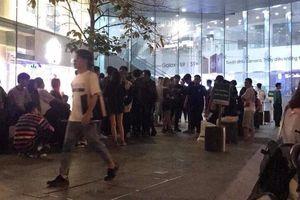 Giới trẻ Sài Gòn xếp hàng xuyên đêm canh mua Yeezy 500 Blush