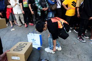 Bạn trẻ Sài Gòn xếp hàng mua Yeezy 500 Blush