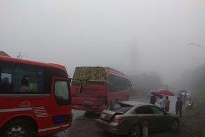 Hòa Bình: Sương mù dày đặc, nhiều ô tô gặp nạn trên Quốc lộ 6