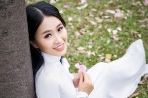 Á khôi Miss Photo Thạch Thảo đẹp mơ màng bên hoa kèn hồng
