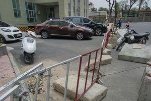 Dân chung cư lập rào tranh chấp đường đi