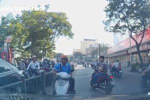 Người đi xe máy ngược chiều mắng ôtô vì chặn đường