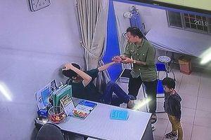 Đang khám, bác sĩ bị người nhà bệnh nhi đấm liên tiếp vào mặt