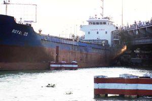 Tàu hàng trôi vào gầm cầu Đồng Nai rồi kẹt cứng