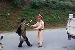 Say rượu dùng dao tấn công tổ cảnh sát giao thông