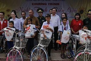 Gần 600 triệu đồng trao tặng cho người nghèo tỉnh Cà Mau