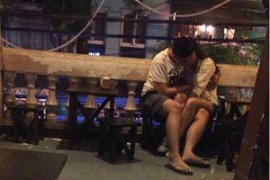 Từ clip 2 đôi bạn trẻ 'mây mưa' tại quán trà sữa: Vì đâu họ dám làm thế ở chốn đông người?