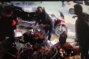 2 thanh niên 'phi thân' thoát nạn ngay trước đầu xe ô tô