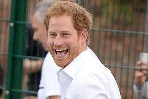 Hoàng tử Harry ăn mặc phóng khoáng, giản dị giữa đời thường
